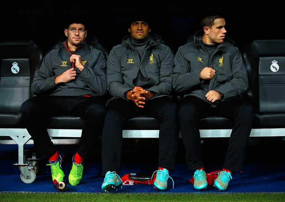 Gerrard, Johnson och Hendersen på Liverpool-bänken.