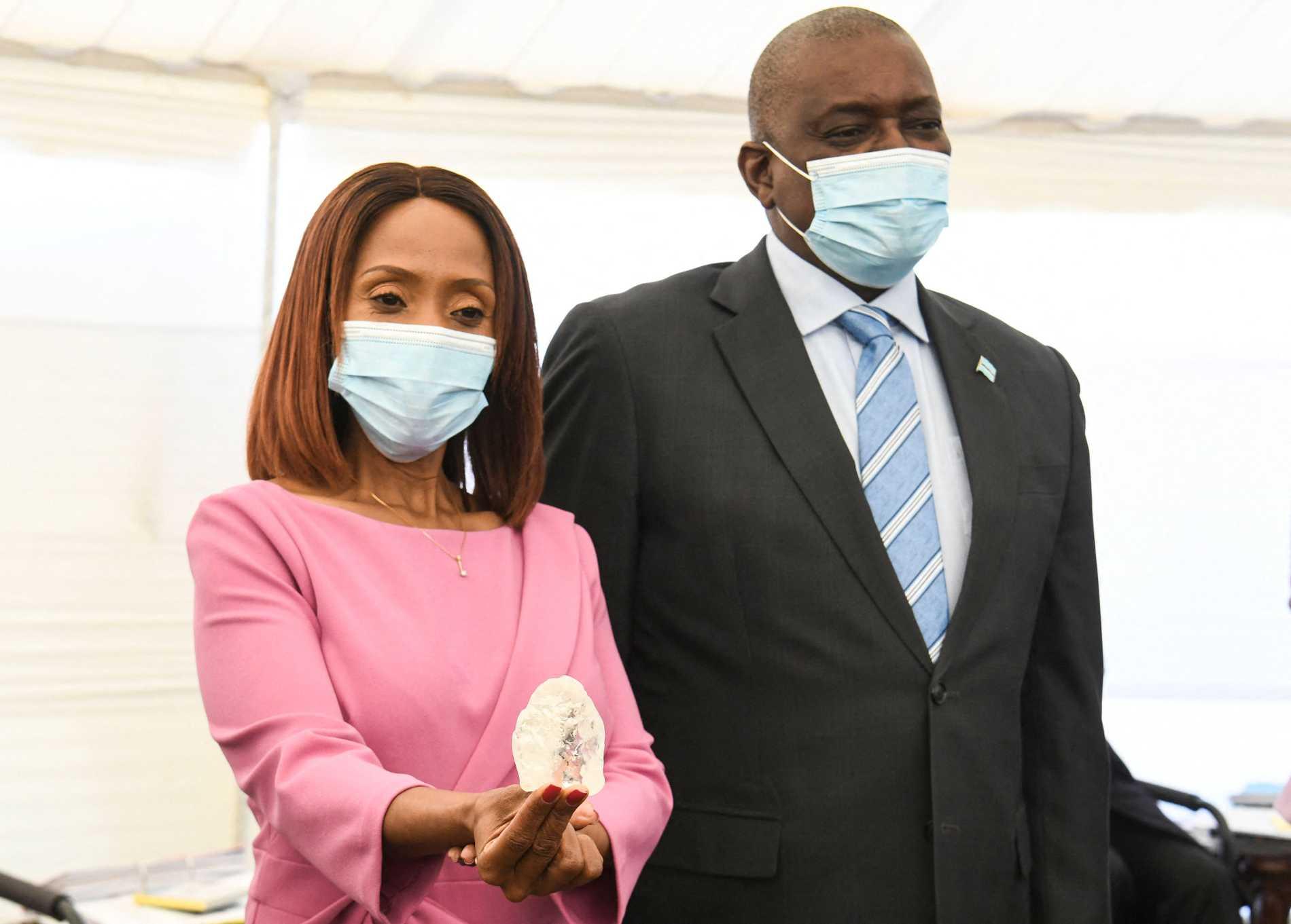 Botswanas första dam Neo Masisi betraktar, tillsammans med maken och presidenten Mokgweetsi Masisi, den nyligen upptäckta diamant som tros vara den tredje största i världen.