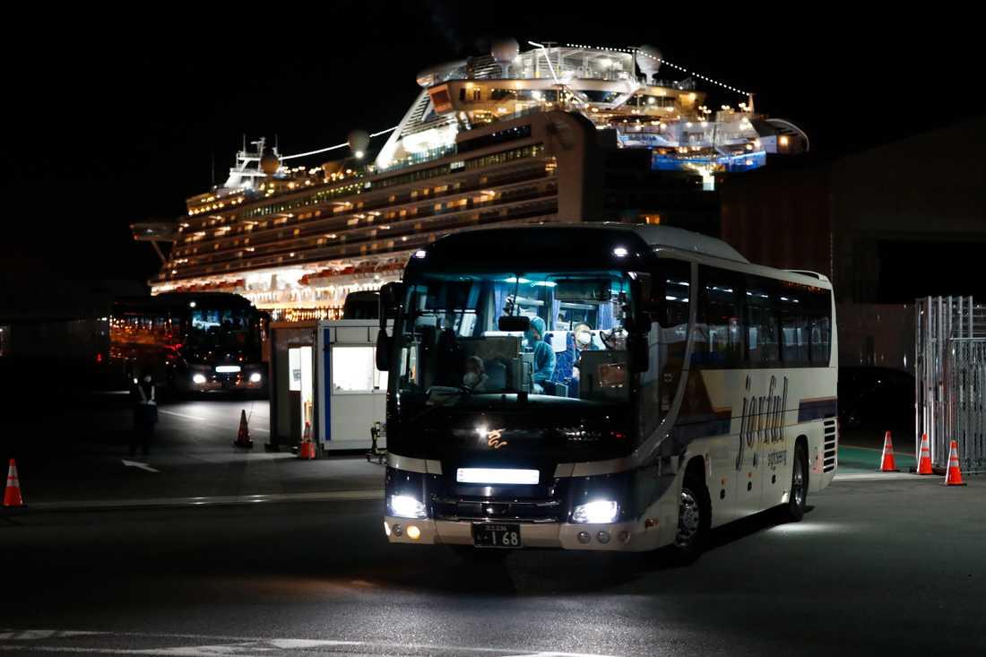 Bussar med passagerare från Diamond Princess lämnar hamnen i Yokohama, nära Tokyo, i fredags.