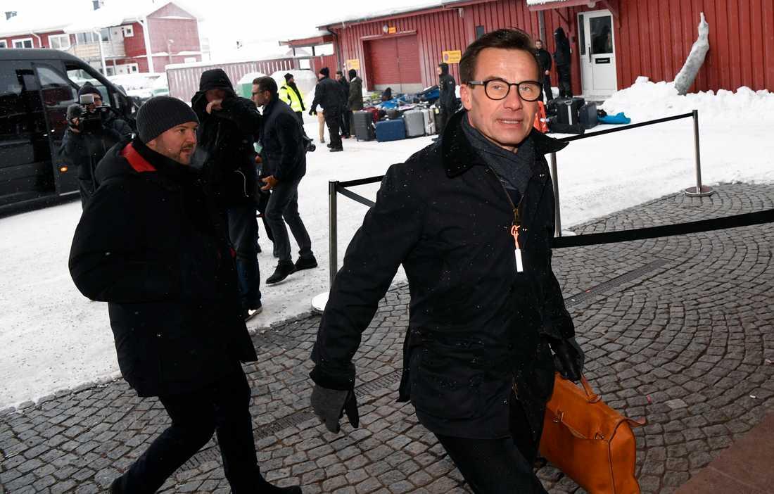 Ulf Kristersson anländer till Folk och försvar.