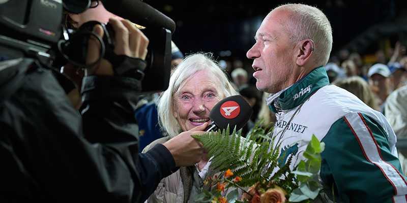 """Här intervjuas segerkusken Örjan Kihlström och ägaren, miljardären Margareta Wallenius-Kleberg i tv: """"Jag är tacksam att du valde att köra vår häst"""", sa hon."""