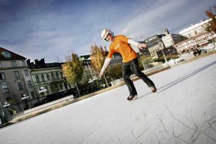 På skridskor mitt i stan Uppsala kommun planerar för en skridskobana i plast på Vaksala torg. Bilden är från isbanan i Kungsträdgården, Stockholm.