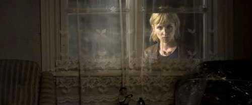 Mona, spelad av Sonja Richter, jagar en seriemördare i en värld där ingen beter sig normalt. Foto: HOYTE VAN HOYTEMA
