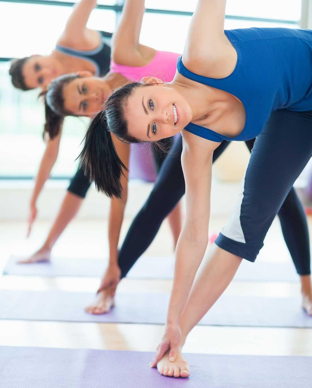 Positionerna hålls olika länge beroende på vilken yogaform det är. Här ser vi triangelpositionen.