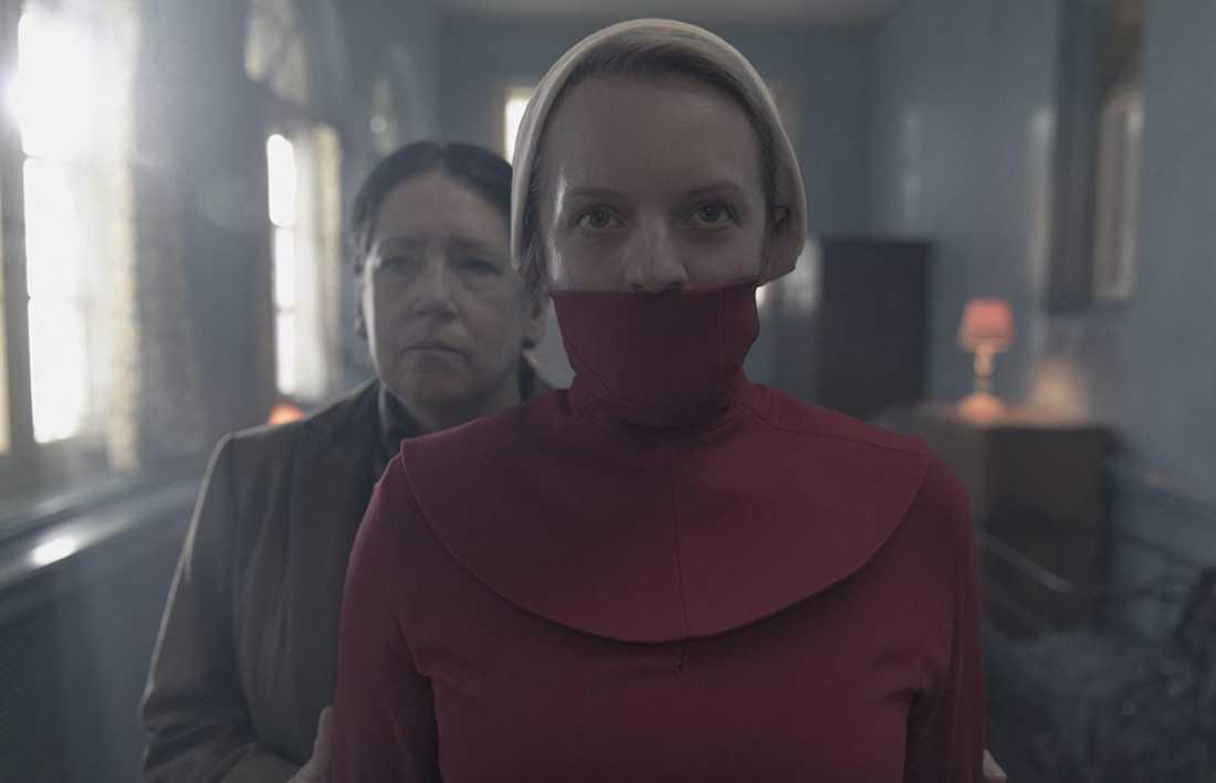 "Elisabeth Moss och Ann Dowd i ""The handmaid's tale""."