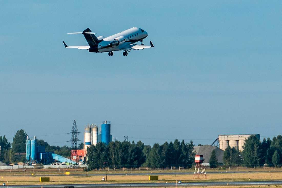 FLygplanet lyfter från en flygplats i Omsk, Ryssland.