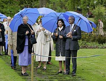 Det låg regn i luften när drottning Margrethe av Danmark, drottning Silvia och kung Carl Gustaf med flera träffades på Sofiero Slott utanför Helsingborg. När sällskapet senare gav sig ut på tågresa tog vattnet helt slut i ångloket och sällskapet blev stående på Teckomatorps station.