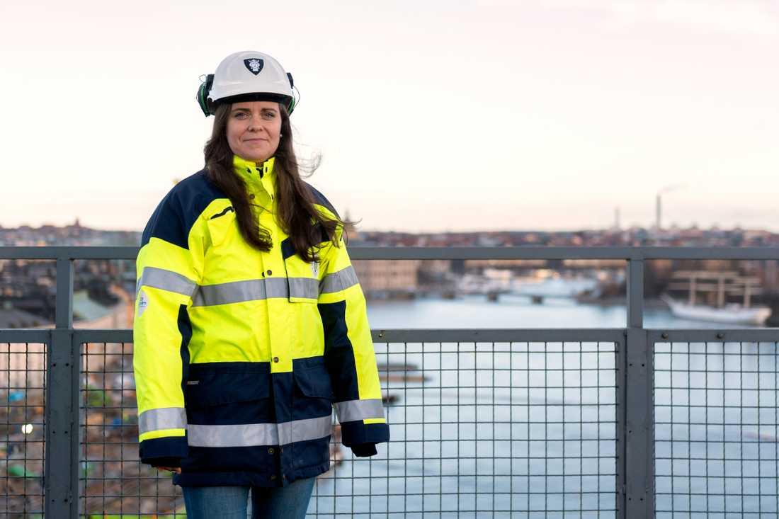"""""""Jag är ganska blödig av mig, så det finns en risk att det blir en tår när den kommer på plats"""", säger Ida Mann, byggprojektledare på exploateringskontoret i Stockholm som arbetat med bron i två års tid."""