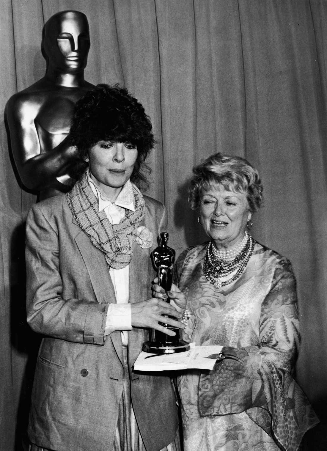 """Diane Keaton 1978 """"Keaton har precis samma jag-gör-som-jag-vill-attityd som Streisand så det var egentligen helt naturligt att hon tog emot en Oscar för hennes roll Annie Hall klädd precis som Annie Hall. Filmens kostymör protesterade men Woddy Allen övertygade """"Leave her, she's a genious"""". Han har aldrig haft mer rätt."""""""