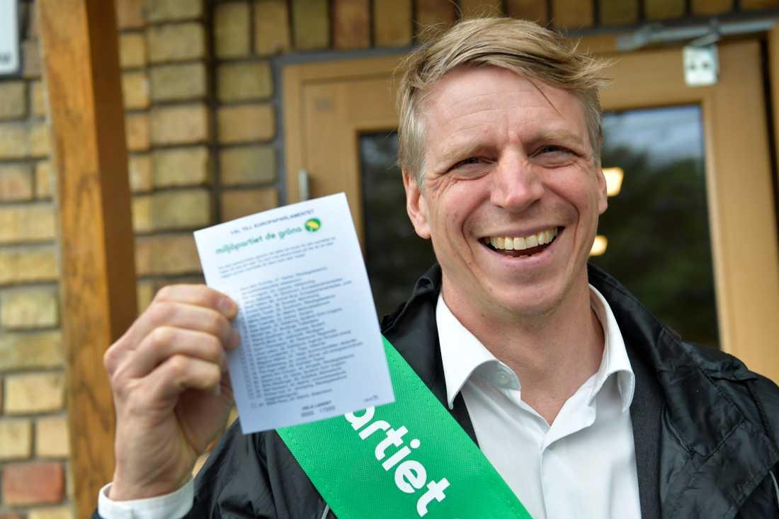 Miljöpartiets språkrör Per Bolund delar ut valsedlar till EU-valet vid Johan Skytteskolan i Älvsjö.