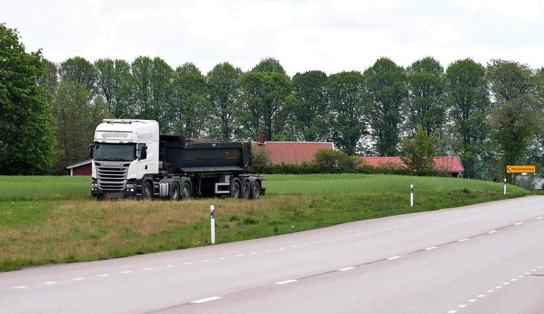 Efter drygt en och en halv timme beslutade polisen att lastbilen skulle få köra av vägen.