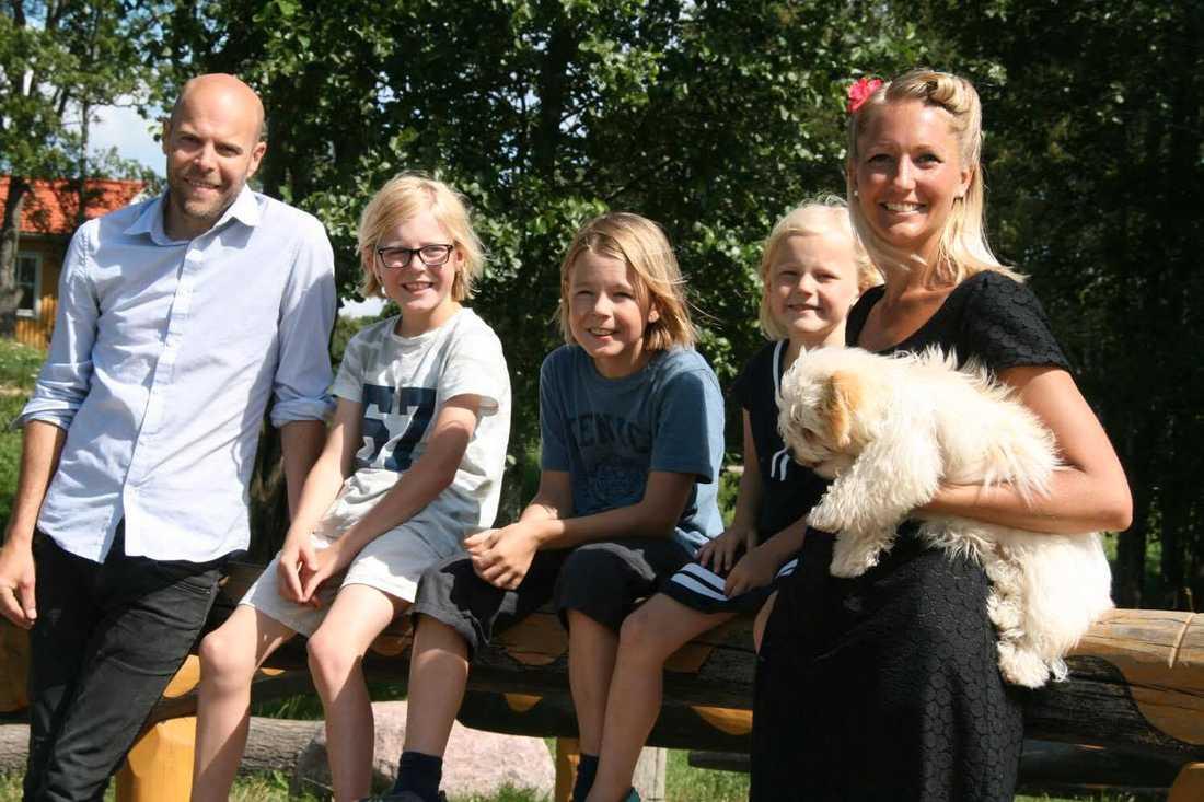 Familjen Engelholm: Anders, Viggo 10 år, Lycke 12 år, Lisa-Li 6 år, Josefin.