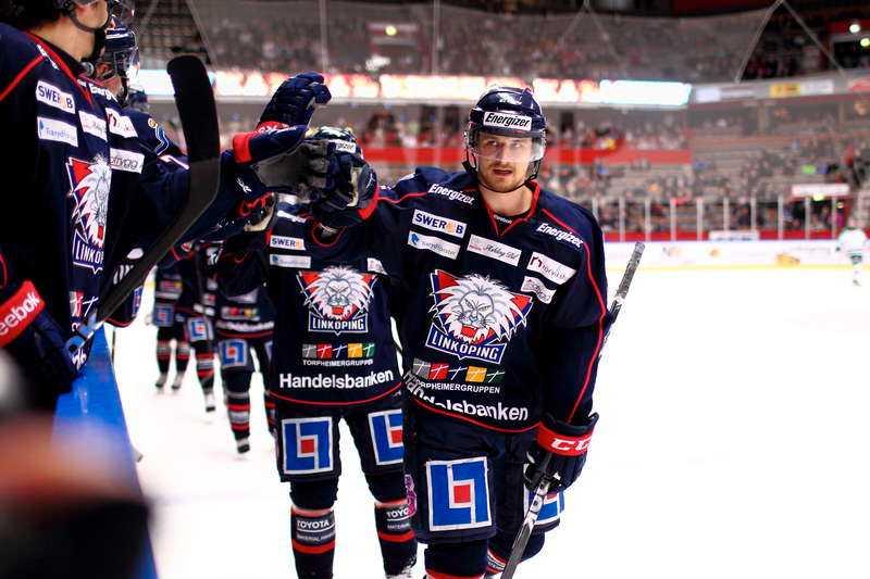 succéflytt – för LHC  Johannes Salmonsson tackar Roger Melin för sin egen utveckling – och Andreas Jämtin för hela Linköpings framgångar.