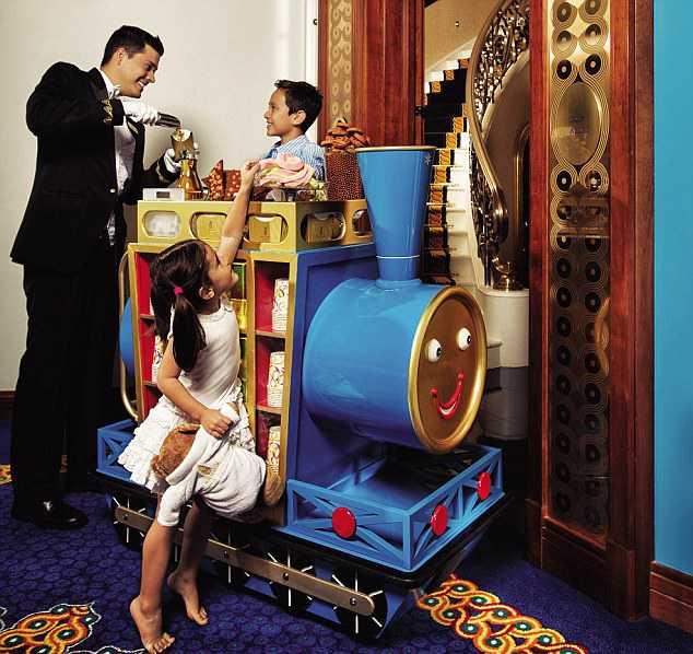 För bortskämda barn Godisvagnen kommer förbi varje dag. På sjustjäriga hotellet Burj al Arab i Dubai har barnen också egen butler.
