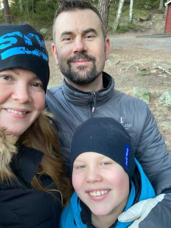 Helena Ekholm, sambon Peter Lundmark och sonen William, 9, är instängda av vattenmassorna.