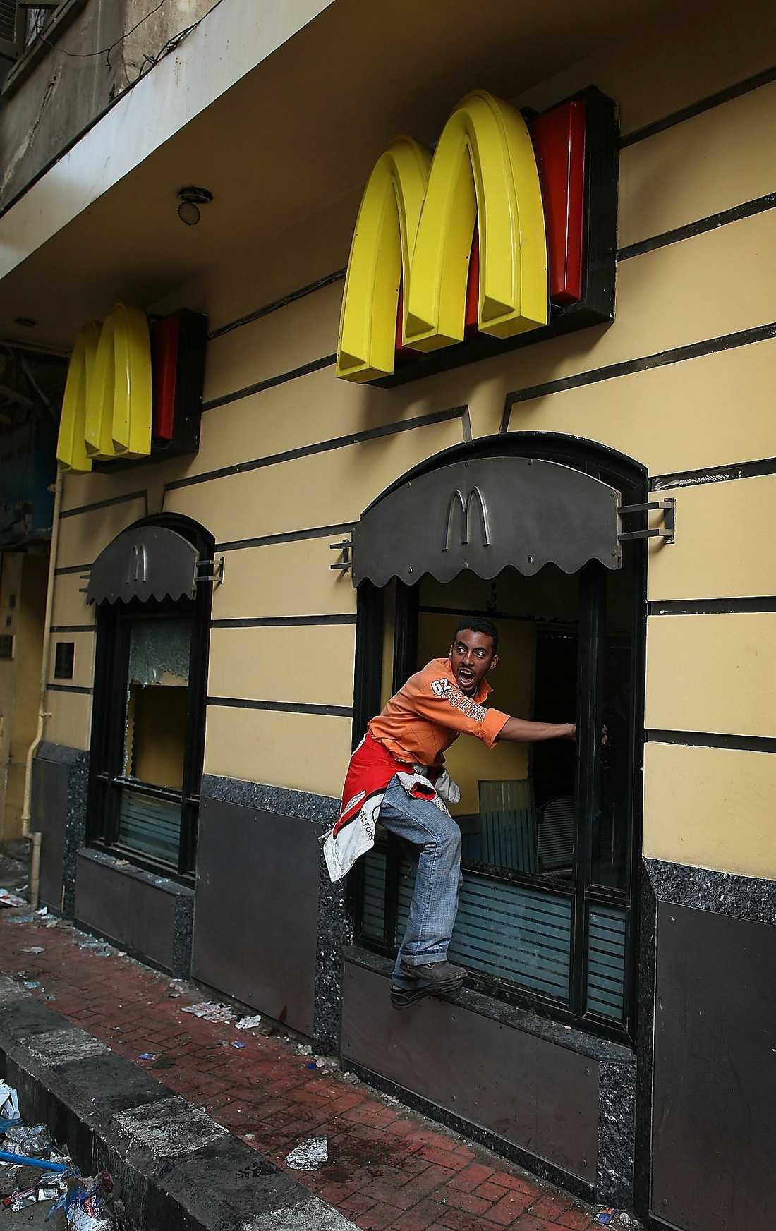 Utegångsförbud Inte många tar hänsyn till för- budet att vistas på gatorna efter 16.00. Längs gatorna ses vandaliserade byggnader.