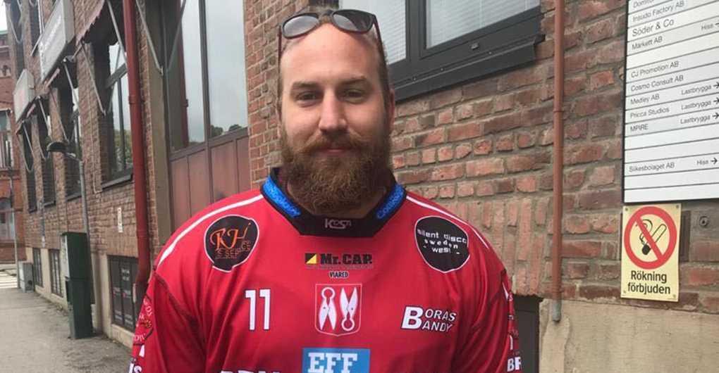 Peter Beneš i rätt matchtröja, den som tillhör Borås bandy.