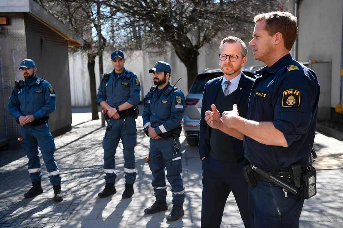 Inrikesminister Mikael Damberg (S) besökte Stockholmsförorten Sätra där tre unga män mördades.