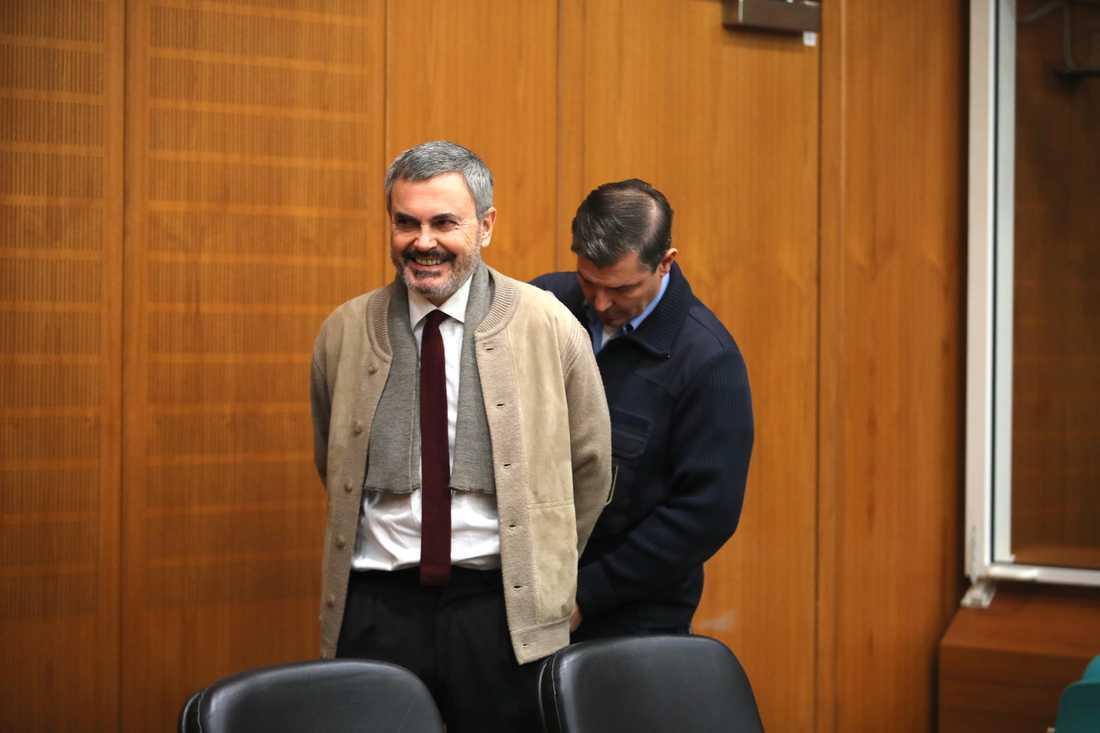 John Ausonius blir av med handfängslen i rättssalen i Tyskland.