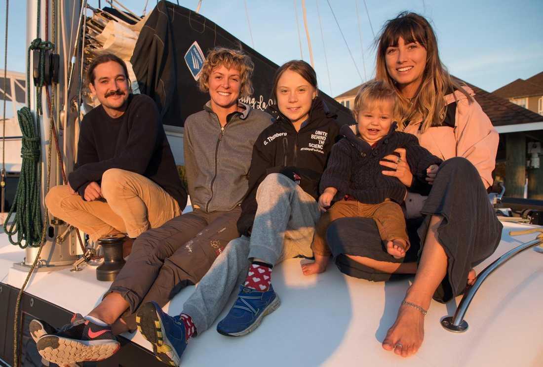 Greta Thunberg liftar med det australiska paret Riley Whitelum, 32, och Elayna Carausu, 26, samt brittiska seglarproffset Nikki Henderson.