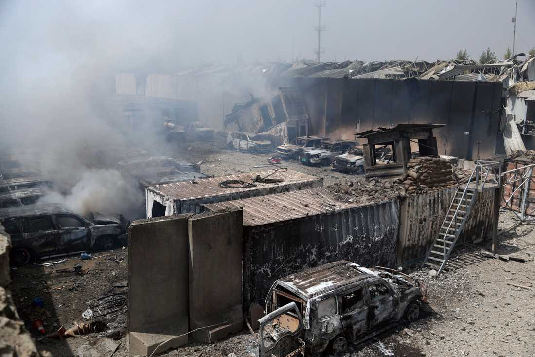 Röken stiger efter ett bombdåd i Afghanistans huvudstad Kabul i måndags. Talibanerna tog på sig attacken som tog 16 liv.