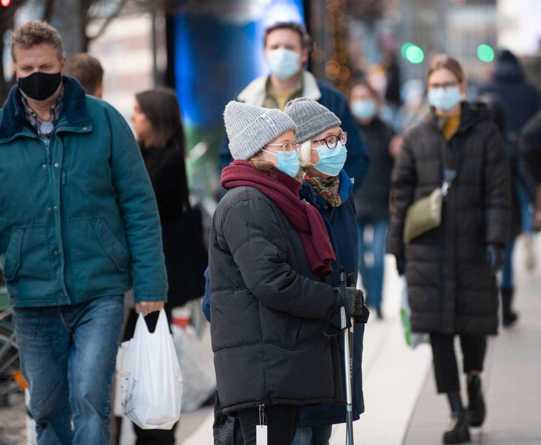 Region Stockholm uppmanar till munskyddsanvändning dygnet runt i kollektivtrafiken, på jobbet och i butiker.