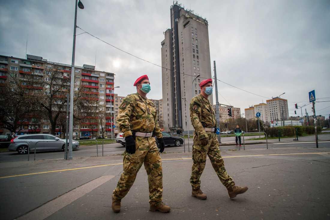 Två militärpoliser patrullerar i Budapest på måndagen, samtidigt som parlamentet godkände förstärkta maktbefogenheter för Ungerns regering.