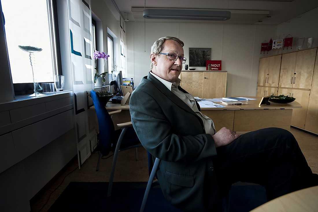 KOMMUNKRITIK Trollhättans kommunalråd Paul Åkerlund är kritisk mot regeringens agerande. Enligt den förre fackbasen på Saab Automobile finns det största motståndet mot bilföretaget inom finansdepartementet och statsministerns kansli.