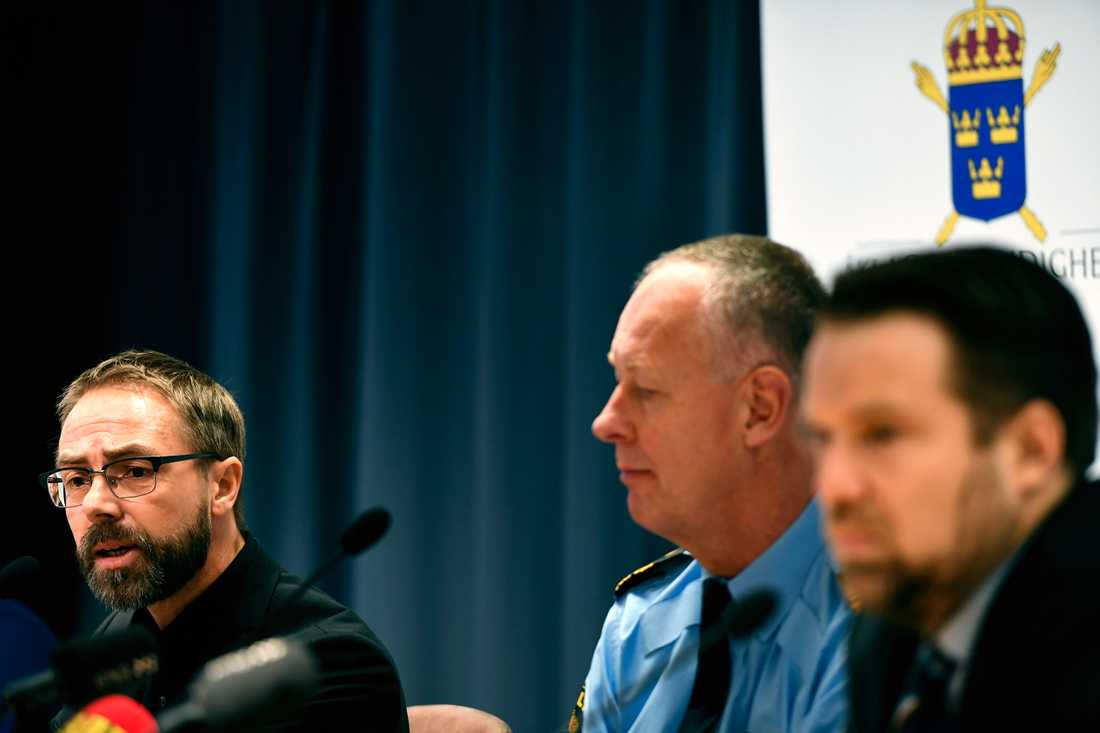 Hans Ihrman, förundersökningsledare och vice chefsåklagare, Christer Nilsson, chef för utredningsenheten på nationella operativa avdelningen, och Johan Olsson, operativ chef på Säkerhetspolisen, under en pressträff om den omfattande utredningen i Polishuset i Stockholm. Rakhmat Akilov åtalas för bland annat terroristbrott och försök till terroristbrott.