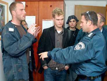 Hos polisen Här har polisen gripit riksdagsledamoten Gustav Fridolin tillsammans med Fredrick Batzler, Malmö, Katherin Raphael och Kimberly Gray. Senare på kvällen förhördes och anhölls de båda svenskarna.