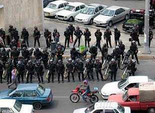 Kravallpolis radar upp sig på Teherans gator för att hindra nya protester från oppositionen mot valresultatet. Bilden publicerades enligt Reuters på en blogg på lördagen. Bilderna som kommer inifrån Iran är annars hårt kontrollerade av statliga myndigheter.