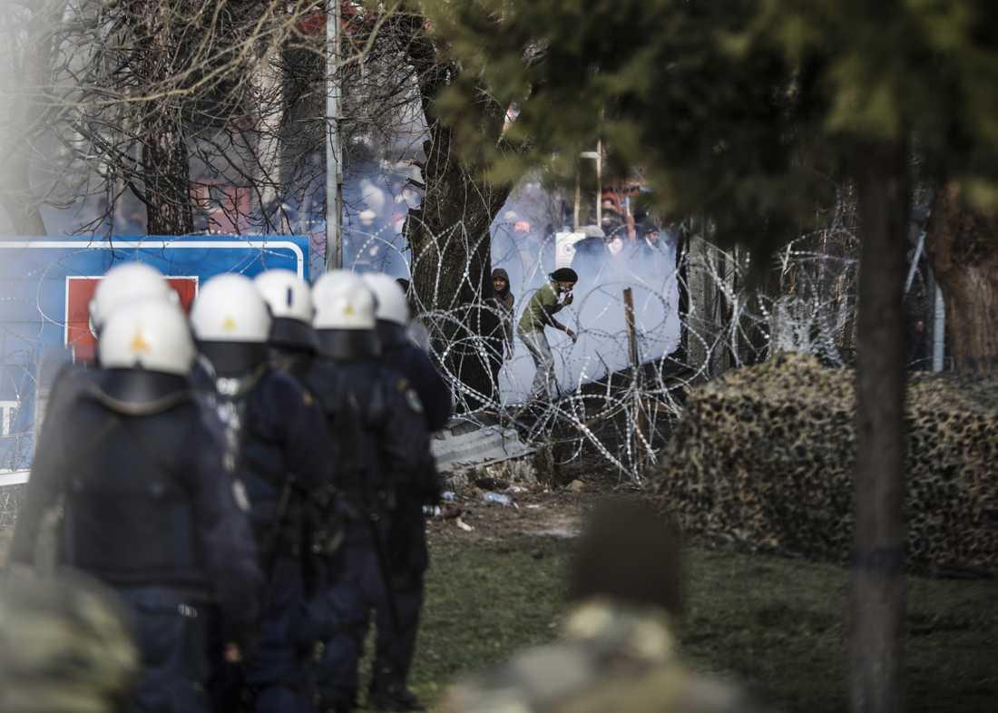 Grekisk kravallpolis vid gränsen under söndagen.