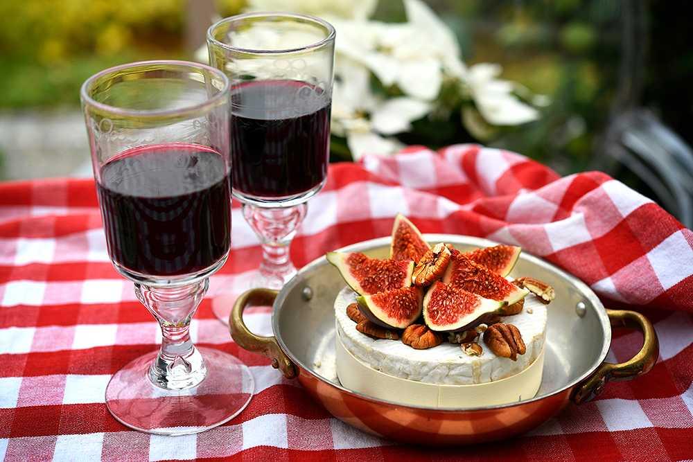 Bakad brie med nötter och fikon
