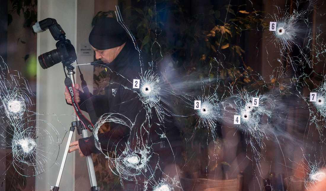 Polistekniker dokumenterar första attentatsplatsen.