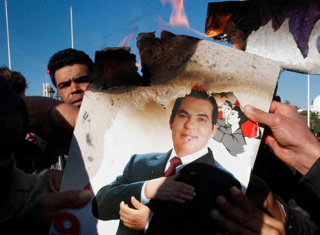 Jasminrevolutionen Demonstranterna bränner en bild av Tunisiens president Ben Ali, januari 2011.
