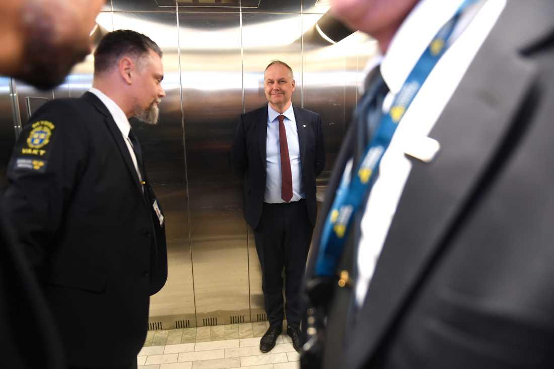Jonas Sjöstedt på väg till talmannen