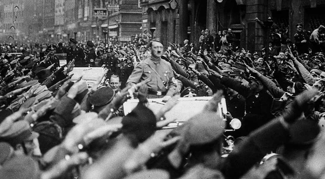 """""""Pajasen"""" som tog makten. Hitler åker procession genom München i november 1933."""