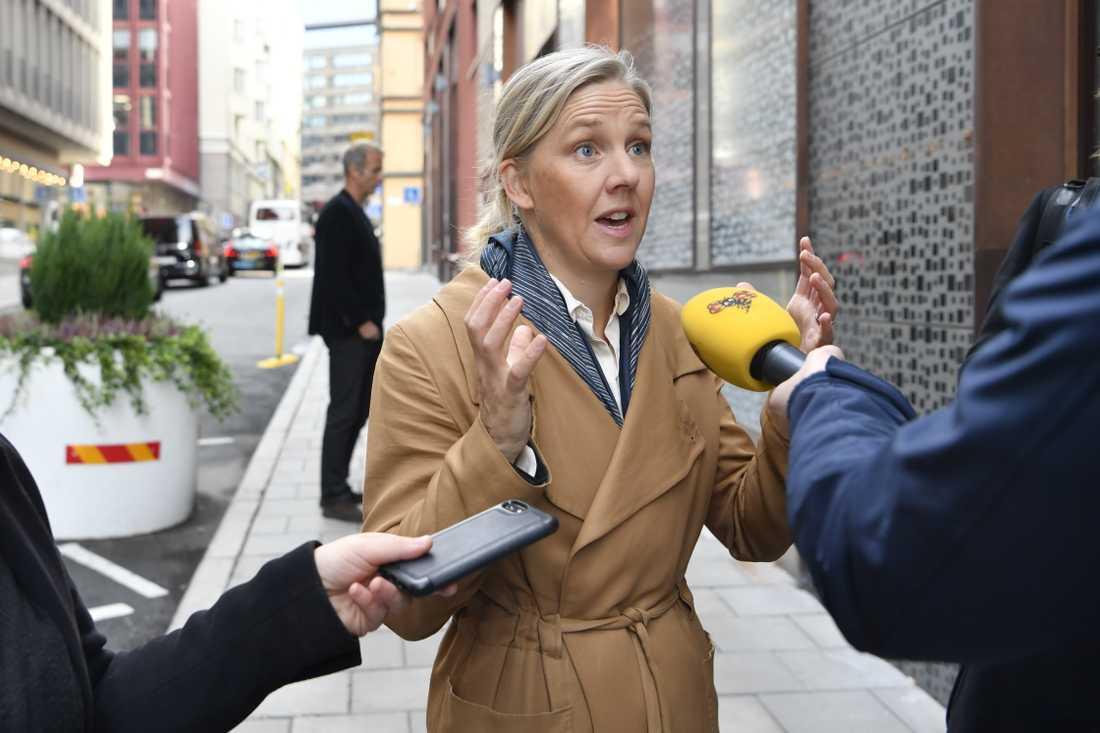 Miljöpartiets Karolina Skog anländer till samtalen om hur gängvåldet ska kunna stoppas på Justitiedepartementet i Stockholm.