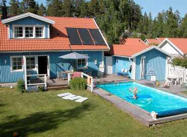 Det var här, i poolen i dottern Lisas trädgård, som Jan Svanlund slog huvudet i botten under lek och stoj med barnbarnen.