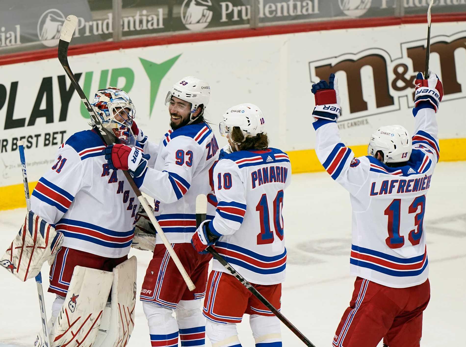 Mika Zibanejad firar efter New York Rangers seger mot New Jersey Devils.