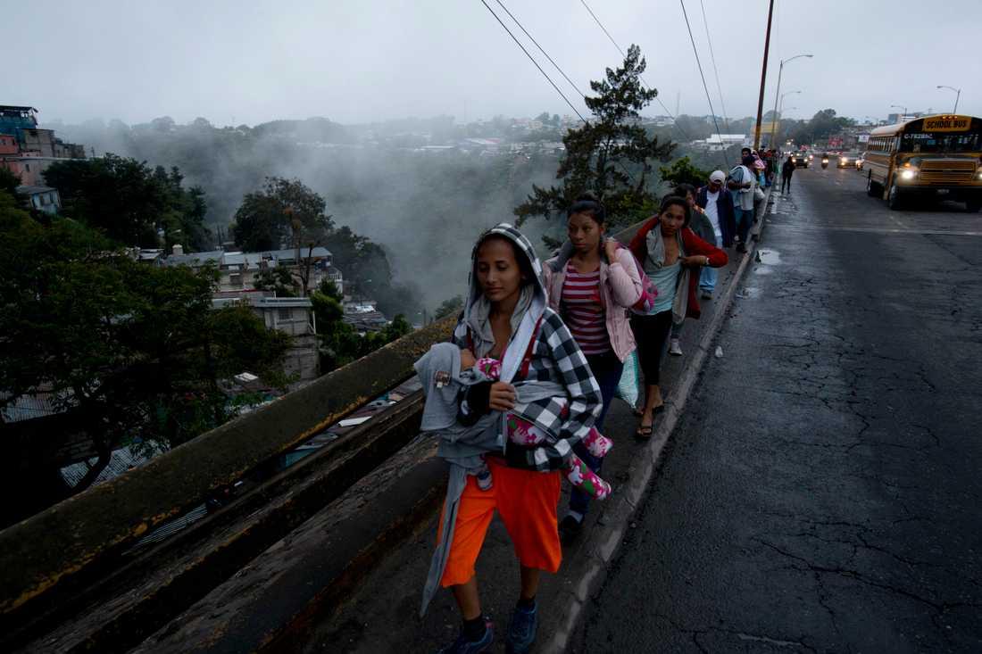 Honduranska migranter vandrar ut från Guatemala City i gryningen i torsdags, på väg mot den mexikanska gränsen.