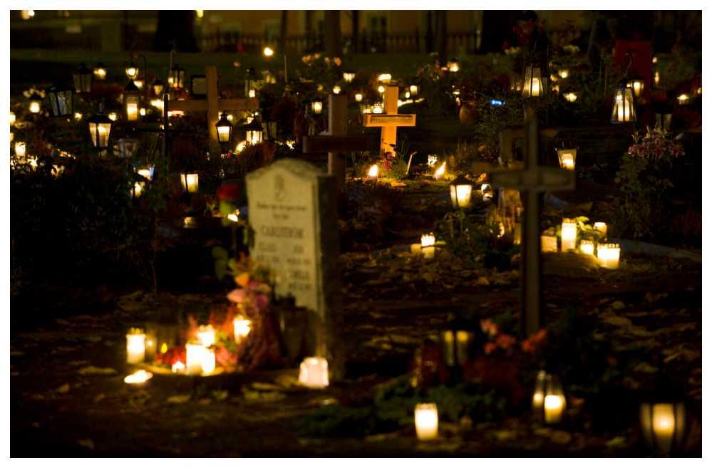 Vi tänder ljus vid gravarna under Allhelgonahelgen.