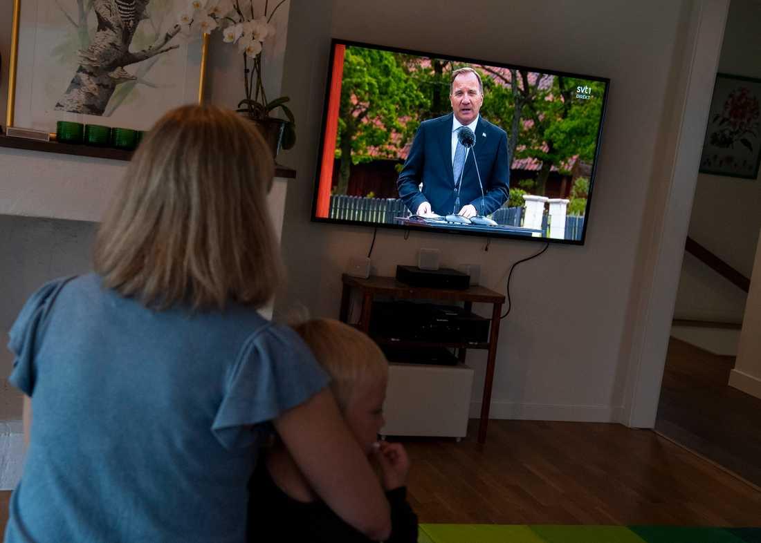En familj tittar på Skansens tv-sända nationaldagsfirande med tal av statsminister Stefan Löfven (S).