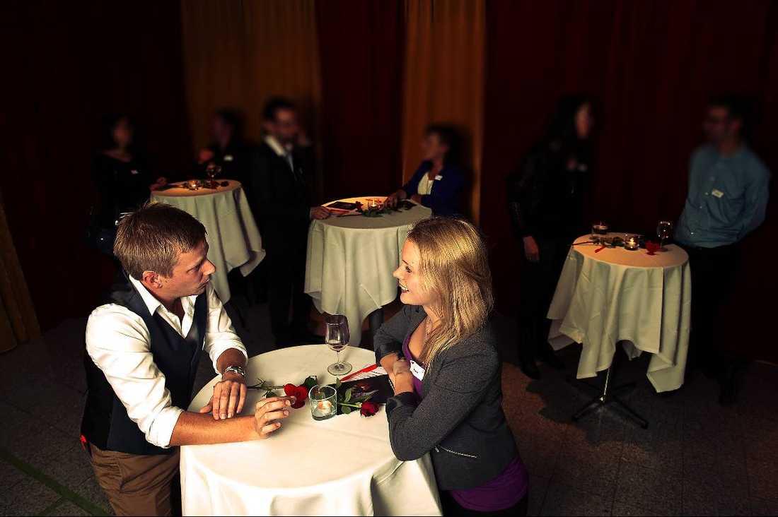 """SNABBDEJTAR  Trots att de bara har känt varandra i ett par minuter flyter samtalet mellan singlarna Johan, 31, och Johanna, 25, lätt. """"Vår framtida son ska heta Johannes"""", skojar Johanna."""