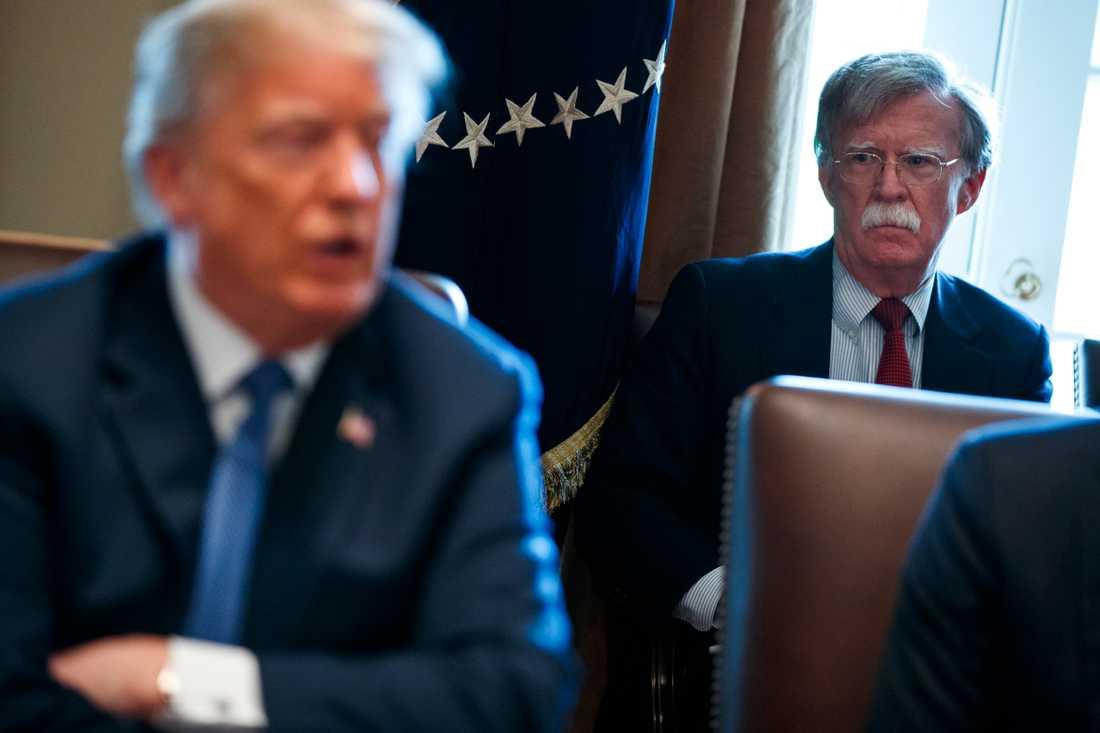 John Bolton lyssnar på president Donald Trump vid ett möte i Vita huset 2018. Arkivbild.