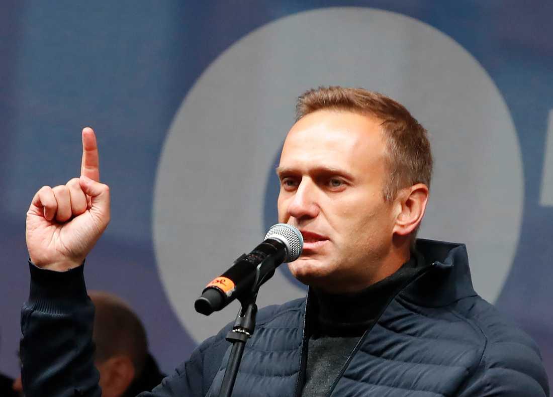 Den ryske oppositionsledaren Aleksej Navalnyj under ett tal vid en demonstration i Moskva i slutet av september. Arkivbild.