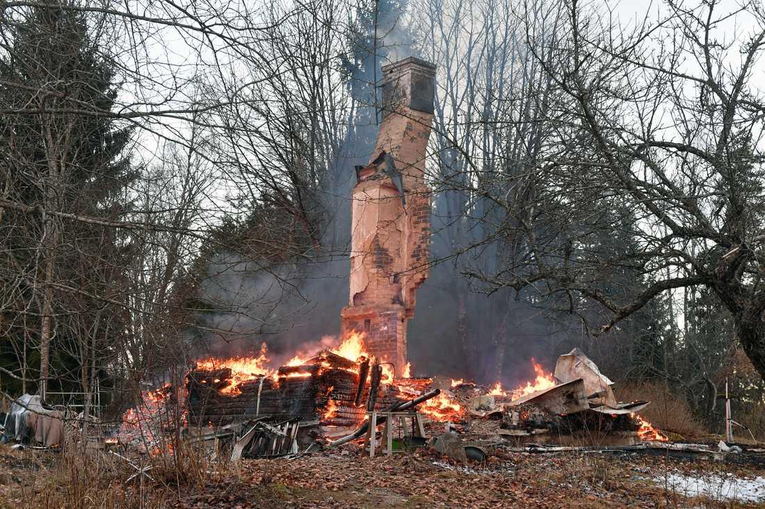 En villa brinner utanför Norrtälje.