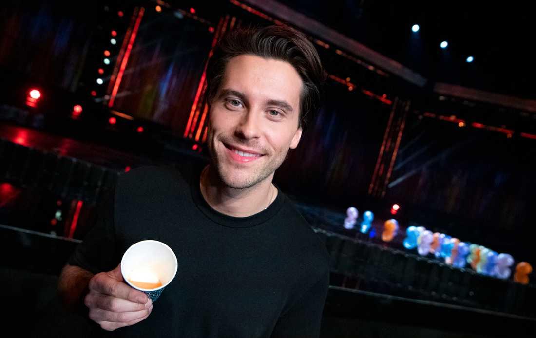 Victor Crone (bidraget Troubled Waters) med muggen innehållande dryck med morot, ingefära och chili efter fredagens genrep inför deltävling fyra av Melodifestivalen i Malmö Arena i Malmö.