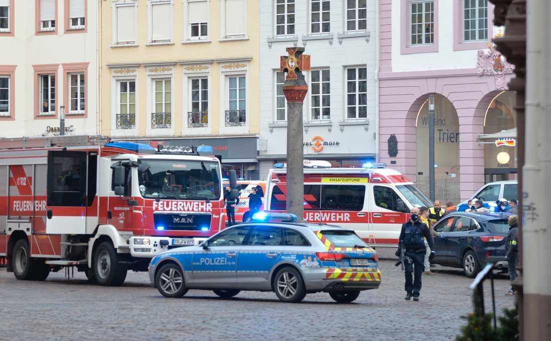 Poliser och räddningstjänst på platsen.