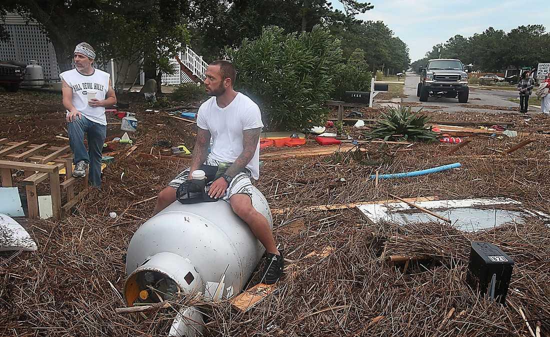 Kill Devil Hills, North Carolina: Räddningstjänsten fick vada ut i vattenmassorna efter larm om en gasläcka. Området drabbades hårt när Irene drog in och bråte som floden fört med sig ligger nu överallt på gatorna.
